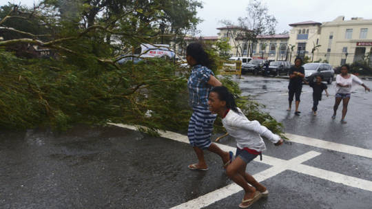 People in Philippines flee for safety during Typhoon Haiyan