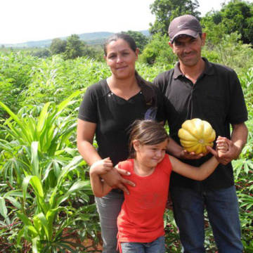 Cintia and her family are growing a greater variety of crops to improve their income and nutrition